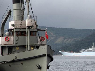 Askeri gemiler Boğazdan geçti