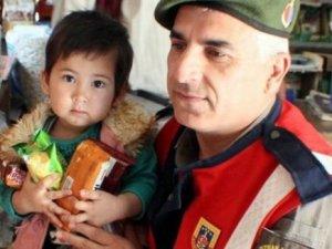 Minik Afgan mülteciye Mehmetçik şefkati