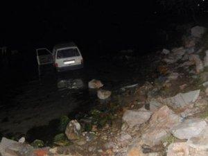 Virajı alamayan otomobil denize uçtu