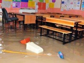 Yağmur okulu sular altında bıraktı