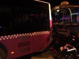 Yolcu minibüsü belediye otobüsüne çarptı