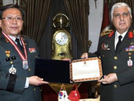 Orgeneral Özelden Koreli komutana madalya