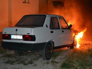 Şehit babasının otomobili kundaklandı