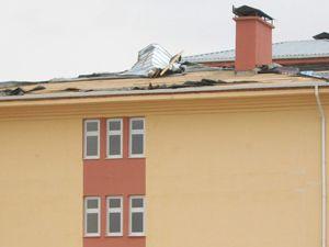 Lodos çatıları uçuruyor