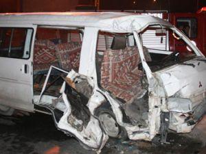 Minibüs alt geçide daldı; 3 yaralı