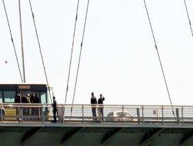 Köprüde intihar girişimi trafiği kilitledi
