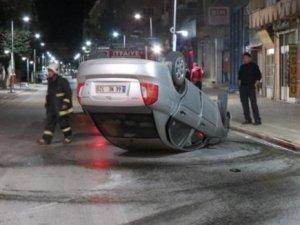 Otomobil yolda ters döndü