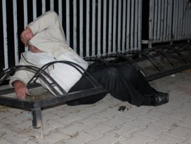 Bisiklet park demirlerine sıkıştı