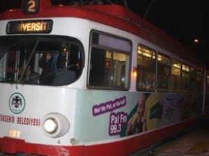Otomobil tramvaya çarpıp kaçtı