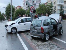 Konyada iki otomobil çarpıştı: 3 yaralı