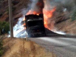 Askeri malzeme taşıyan kamyon ateşe verildi