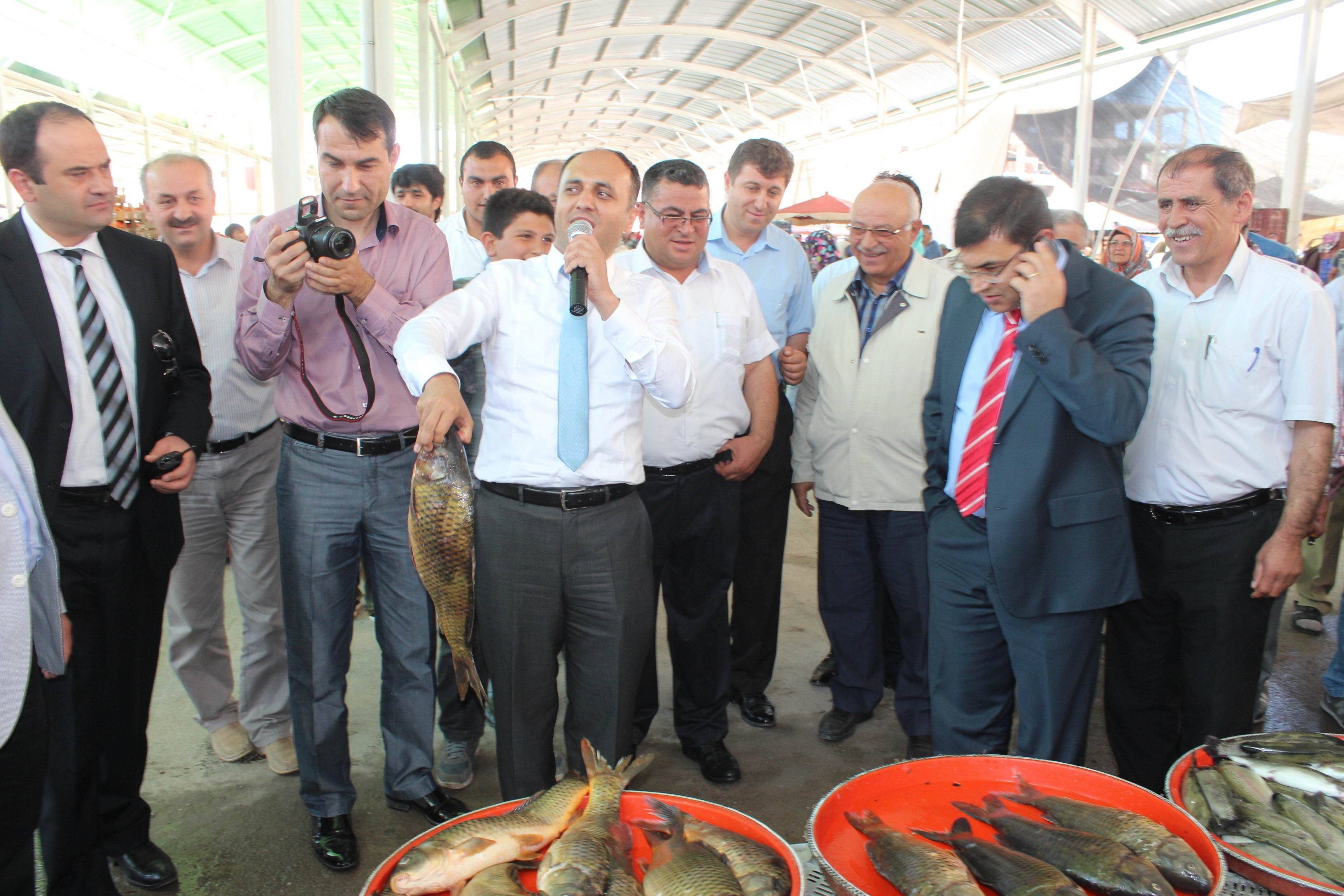 Belediye başkanı açık artırmada balık sattı