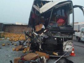Yolcu otobüsüyle kamyon çarpıştı: 1 ölü
