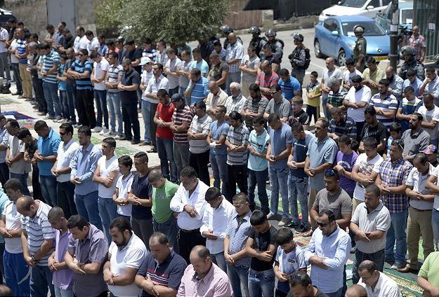 İsrailin kararı sokaklarda namaz kılınarak protesto edildi