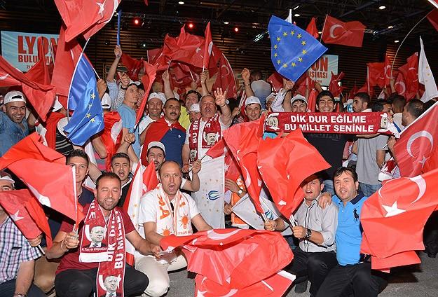 Lyon'da coşkulu kalabalık Başbakan Erdoğan'ı bekliyor