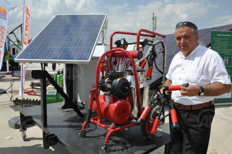 Güneş enerjisi ile çalışan süt sağma makinesi yaptı