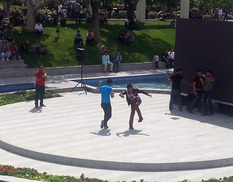 Sıcaktan bunalan gençler kendini Apaçi dansına verdi