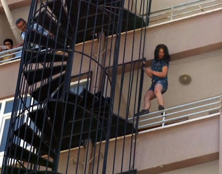 İntihar için çıktığı yangın merdiveninde dans etti