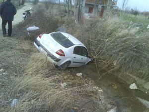 Konya da otomobil sulama kanalına uçtu