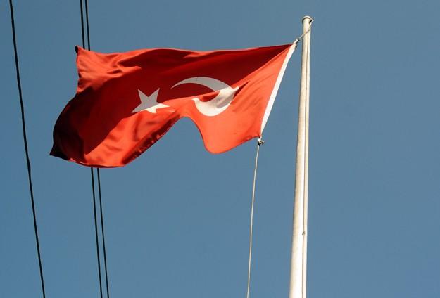 Bayrağı indirmeye çalışan kişi vuruldu