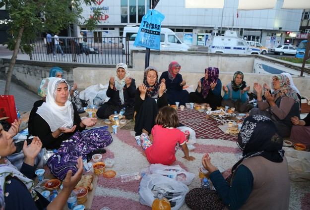 Diyarbakırlı aileler ilk iftarını eylem çadırında açtı