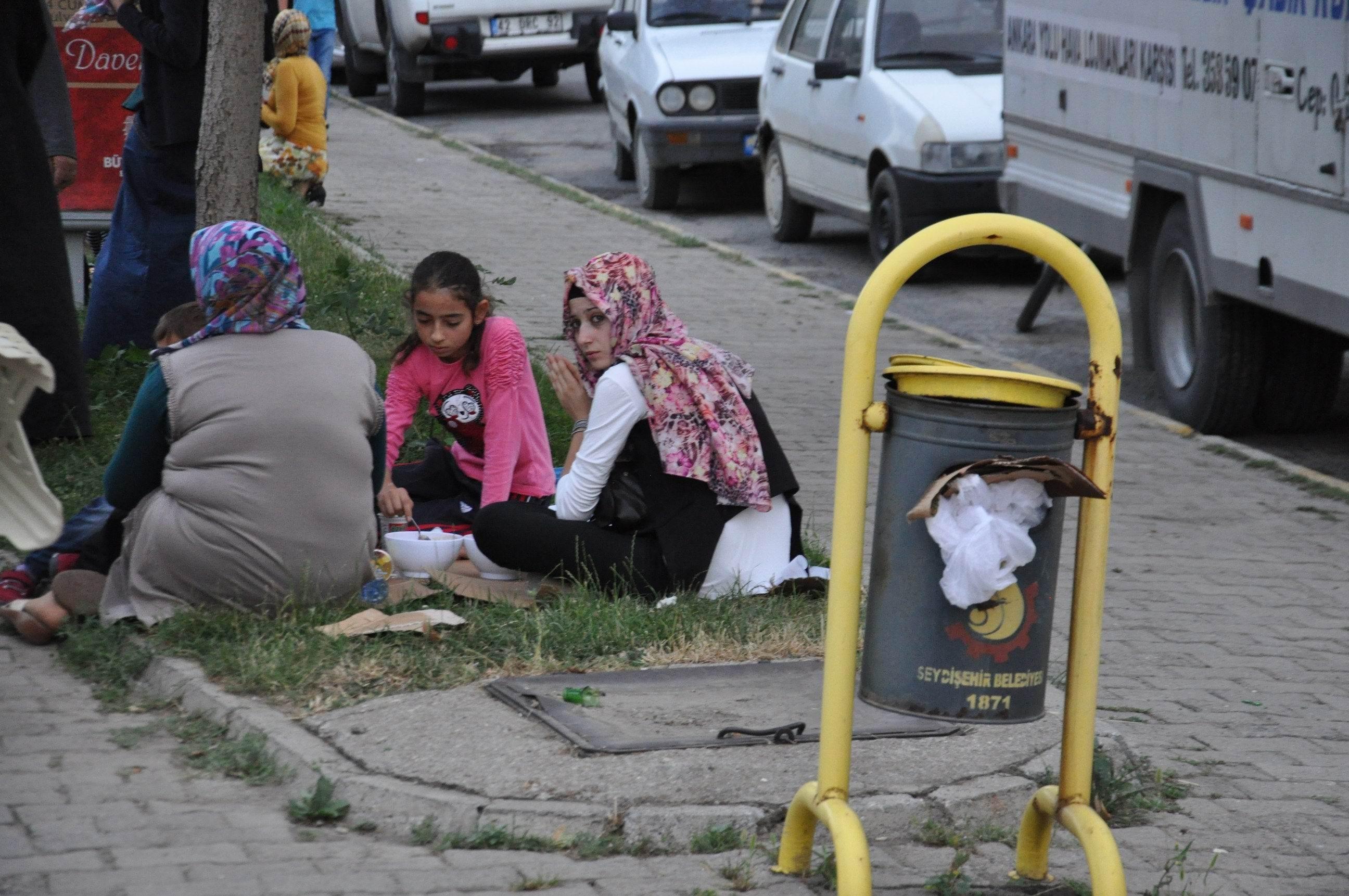 Çöp kutusu yanında iftar