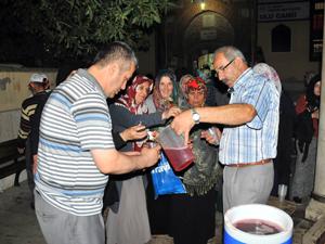 Akşehir Belediyesi Kadir Gecesi şerbet dağıttı