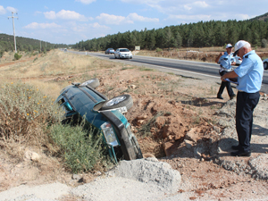Otomobil kanala devrildi; 4 yaralı