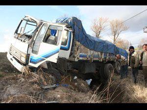 Kontrolden çıkan kamyon kaza yaptı