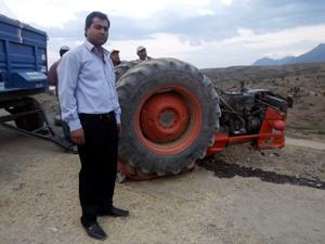 Devrilen traktörden sağ çıktılar