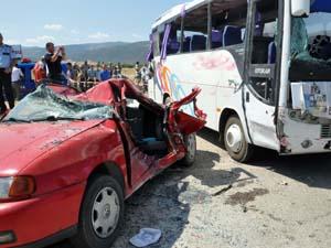 Midibüs otomobille çarpıştı: 20 yaralı
