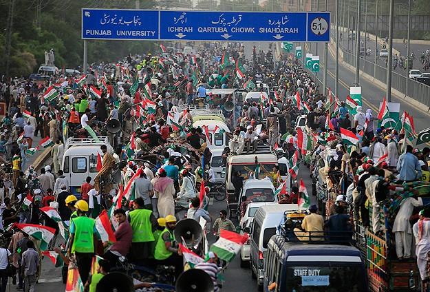 Hükümet karşıtları Lahordan İslamabada yürüyor