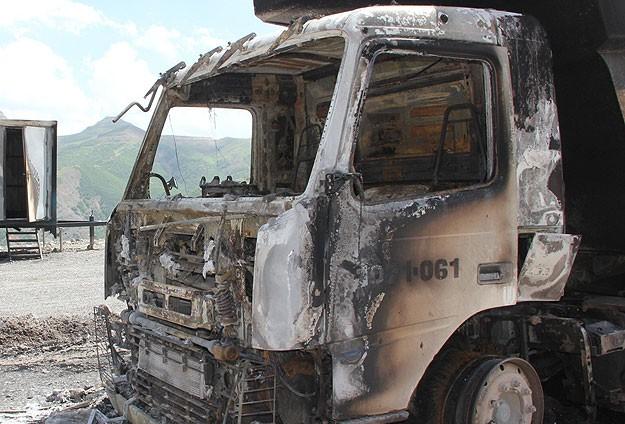 Muşta, teröristler yol kesip araç yaktı