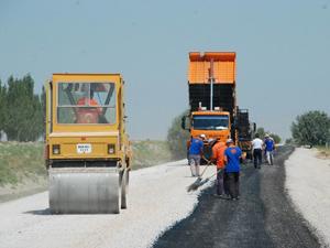 Karatayda asfalt roley tankıyla çalışmalar hızlandı