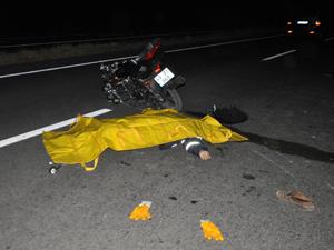 Kamyona çarpan motosiklet sürücüsü öldü