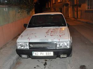 Kanıyla arabanın üzerine yazı yazdı