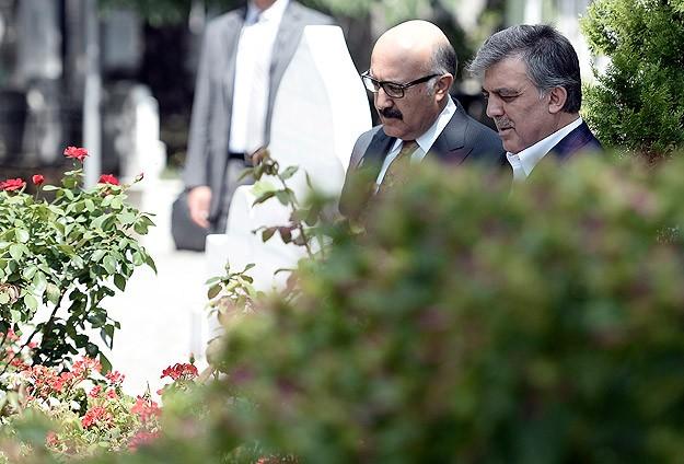 Gül, Erbakanın mezarını ziyaret etti