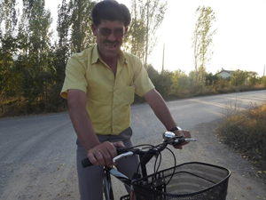 Gözleri görmediği halde bisiklet kullanıyor
