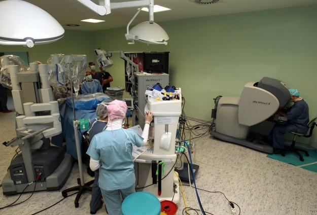 Devlet hastanelerinde ameliyat yapan robotlar artacak
