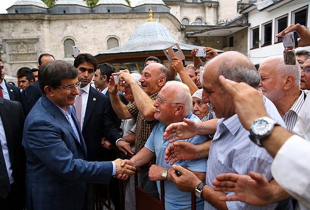 Davutoğlu sabah namazında vatandaşlarla buluştu