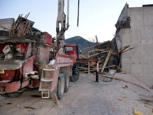 Üst geçit inşaatında kalıplar çöktü: 4 yaralı