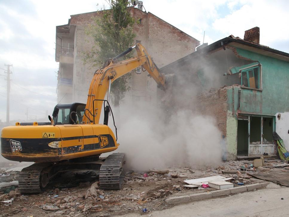 Selçukluda tehlikeli binalar yıkılıyor