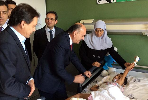 Müezzinoğlu Filistinli hastaları ziyaret etti