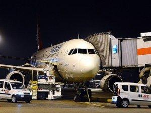 Yolcu uçağı Antalyaya zorunlu iniş yaptı