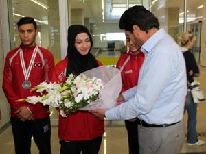 Konyalı dünya şampiyonu çiçeklerle karşılandı