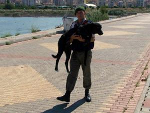 Ayağı kırık sokak köpeğine jandarma sahip çıktı