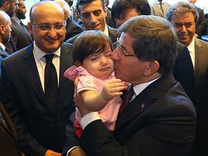 Davutoğlu konsolosluk personeliyle geliyor
