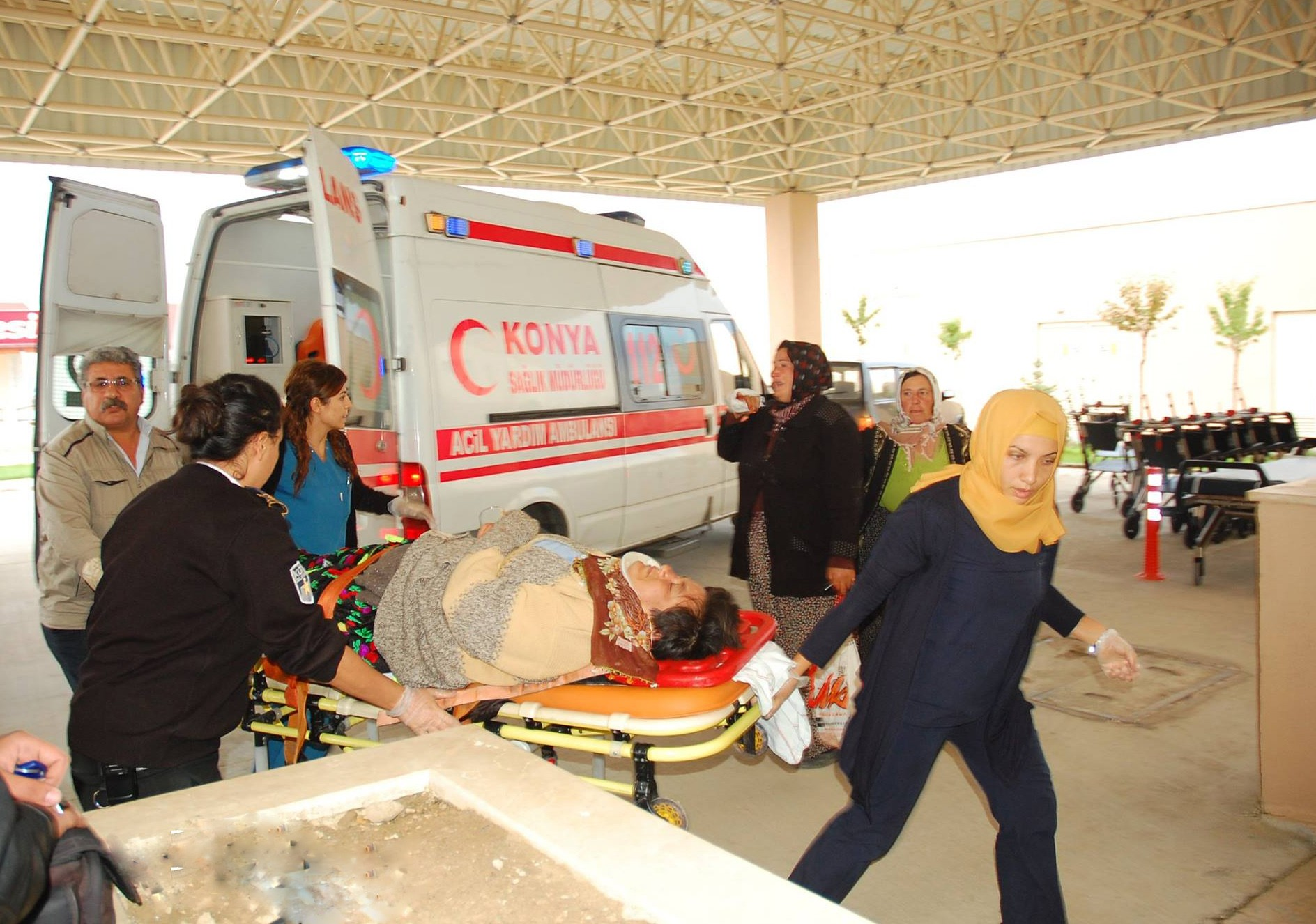 Elma işçilerini taşıyan midibüs devrildi: 29 yaralı