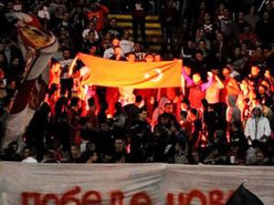 Türk bayrağı yakıp F.Bahçeye küfrettiler!