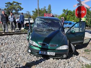 Araç treni fark etmeyince kaza yaptı